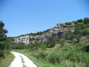 """Скално светилище """"Баджалията"""" - скалния венец, в който се помещава храма"""
