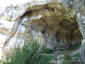 """Скално светилище """"Баджалията"""" - на входа на храма"""