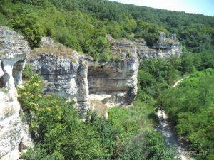 Скалните манастири край с. Войново - изглед към скалния венец