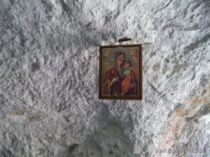 Скалните манастири край с. Войново - окачената на тавана икона в скалния параклис