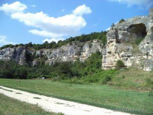 """Скално светилище """"Баджалията"""" - поглед към храма отдолу"""